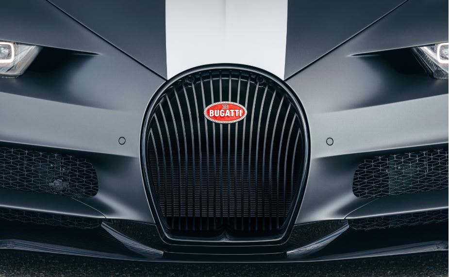 The horseshoe shaped radiator grille sports a black gloss finish and its mesh is made of laser-cut and deep-drawn aluminum, on which the dynamic pattern of the stitched seams is repeated on the leather seats, resembling flying of planes in formation in an air parade.