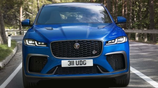 The design of the new F-Pace SVR is enhanced with new apertures and vents for improved powertrain and brake cooling. Surrounding the new SVR-badged grille, the revised bumper design features X-shape and blade-like elements intersecting the lower side air vents and intakes.