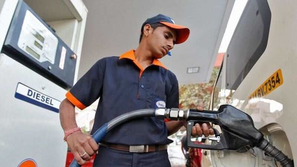 FILE PHOTO: A worker fills diesel in a vehicle at a fuel station in Ahmedabad January 17, 2013. REUTERS/Amit Dave/File photo (REUTERS)