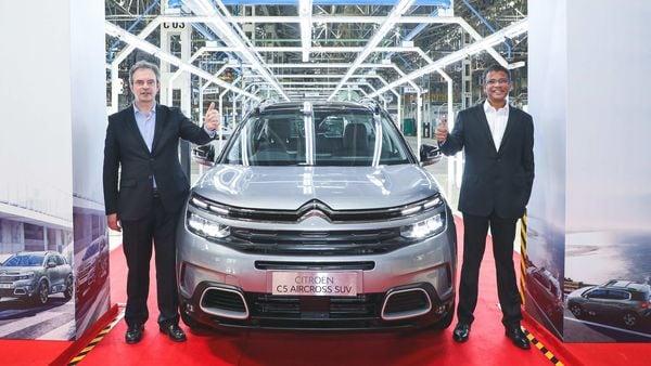 (L) Eric Apode, Senior Vice President, Stellantis and (R) Raj Kalyanarajan, Senior Director-Manufacturing, PCA Automobiles India Pvt. Ltd., with the new Citroën C5 Aircross SUV.