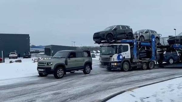 Land Rover Defender pull 44-tonne truck delivering 7 SUVs out of snow.