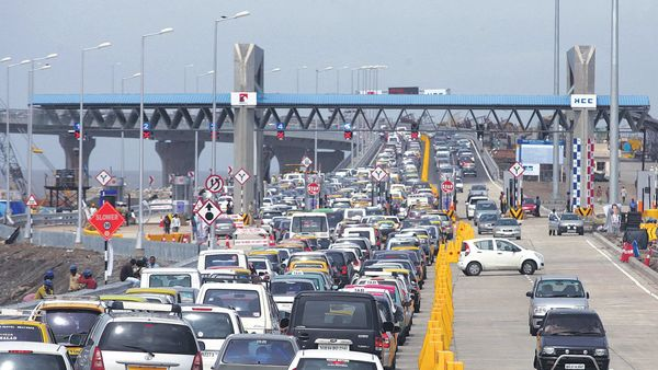 The government will make FASTag compulsory from 1 December on all national highway toll plazas. (MINT_PRINT)