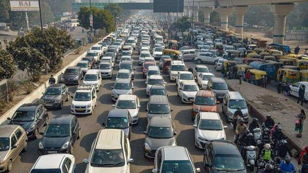 Vehicles stuck in a traffic jam as Delhi Police intensify checking after closing the border amid farmers' agitation against the new farm laws, at Anand Vihar in New Delhi on February 1. (PTI) (HT_PRINT)