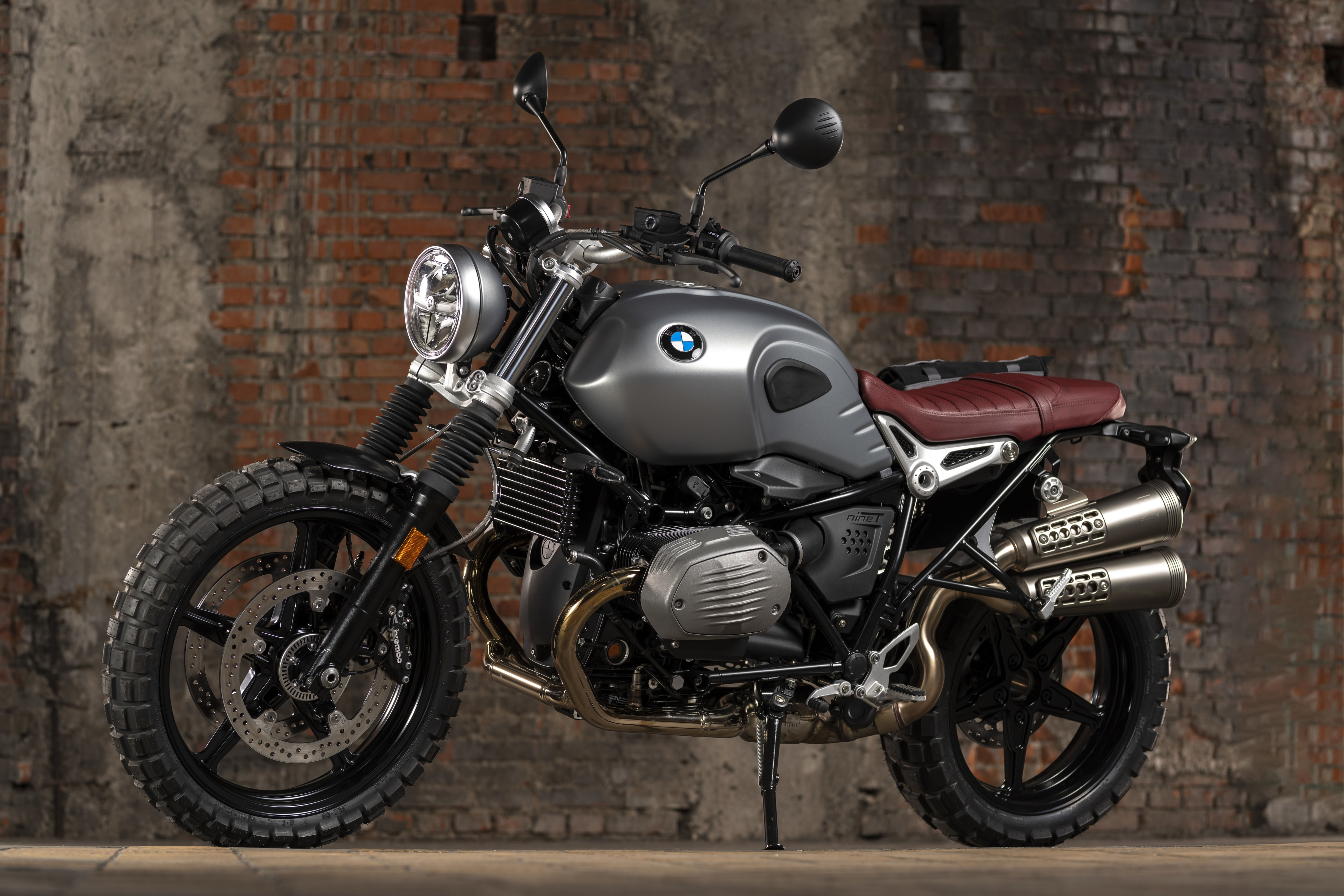 The bikes' powertrain is known to deliver a maximum power output of 109 Hp at 7,520 rpm and a peak torque of 119 Nm at 6,000 rpm. It comes mated to a six-speed transmission. It propels the motorcycles from 0 – 100 km/hr in just 3.5 seconds. Both bikes are capable of achieving a top speed of 200 kmph. (In pic: The BMW R nineT Scrambler)