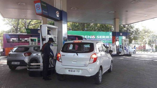 The fuel prices have gone up by around ₹7 since January 1, when petrol cost ₹80.35 and diesel ₹73.58. (HT FILE PHOTO) (HT_PRINT)