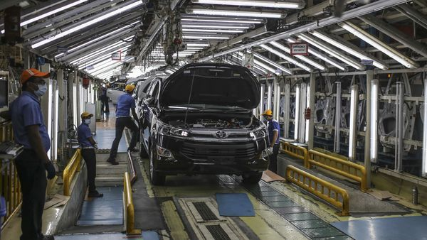 File photo of workers on an assembly line for Innova Crysta at Toyota's Bidadi plant in Karnataka. (Bloomberg)