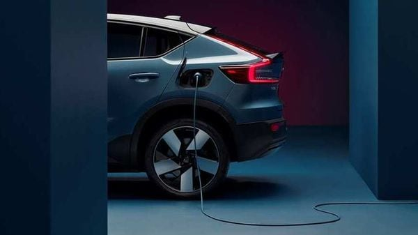 The model will use an all-wheel drive scheme with an electric motor on each axle and a 78 kWh battery compatible with a fast charging system, which offers a range of about 420 kilometres.