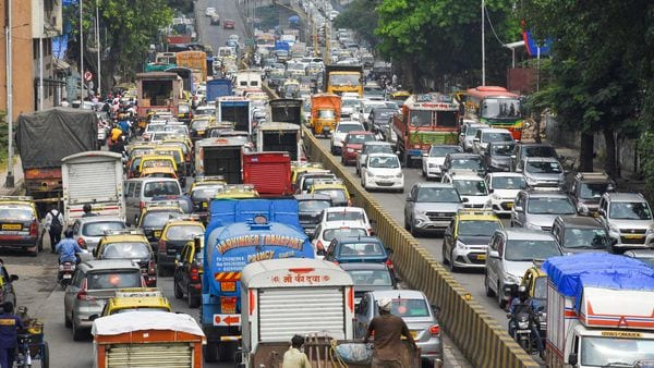 Mumbai: Traffic chaos on roads as traffic signals were not functioning due to power failure in Mumbai, Monday, Oct. 12, 2020. (PTI Photo) (PTI12-10-2020_000084A) (PTI)