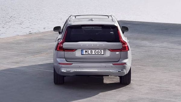 At the rear, general lines are maintained and only the lower part of the bumper has a new design. The exhaust outlets are hidden and a thin moulding crosses the entire rear of the vehicle, eliminating the larger piece.