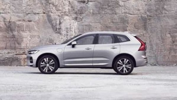 The plug-in hybrid version of the facelift Volvo XC60 will reportedly have slightly increased range. If this information is confirmed, the version with the Zero Emissions label will have 53 kilometres in electric mode against the current 45 kilometres offered.