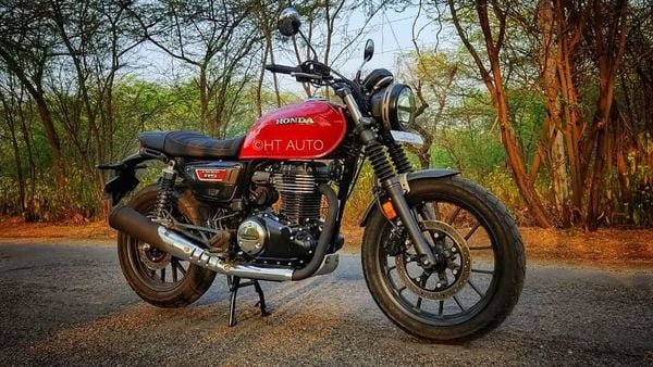 The CB 350 RS has received some other significant updates which contribute to giving it a different character altogether. Basically, the majority of the chrome components seen on the Highness now come in black.