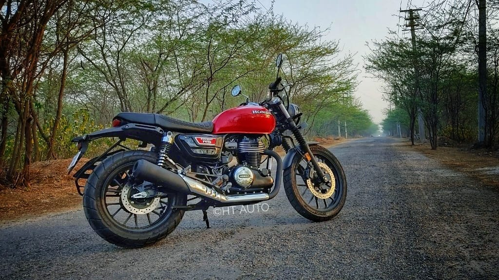 While the Honda Highness CB 350 aims for the riders looking to buy an authentic retro cruiser, the CB 350 RS targets a slightly younger, more enthusiastic audience. It sets itself apart with the use of two different paint schemes which do all the magic.