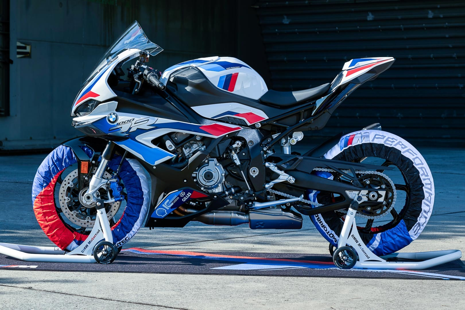 The all-new BMW M 1000 RR comes with a newly developed water/oil cooled in-line four cylinder engine. This unit is based on the powertrain from the existing S 1000 RR super sportbike.