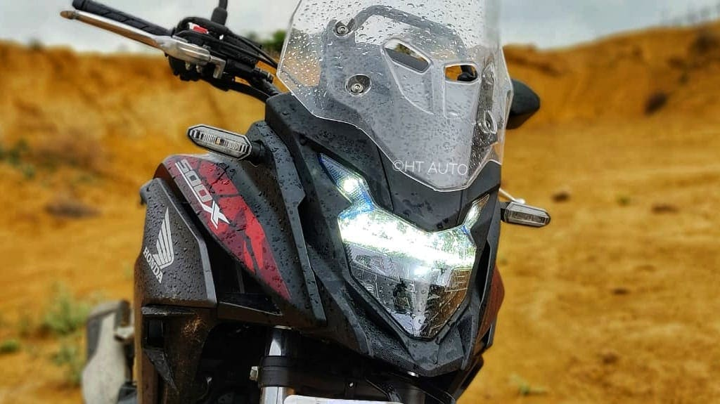 The handlebar is perfectly positioned to make the rider feel at ease, but what's even better is the humble 830 mm seat height which fits right even for low height riders. (Image Credits: HT Auto/Prashant Singh)