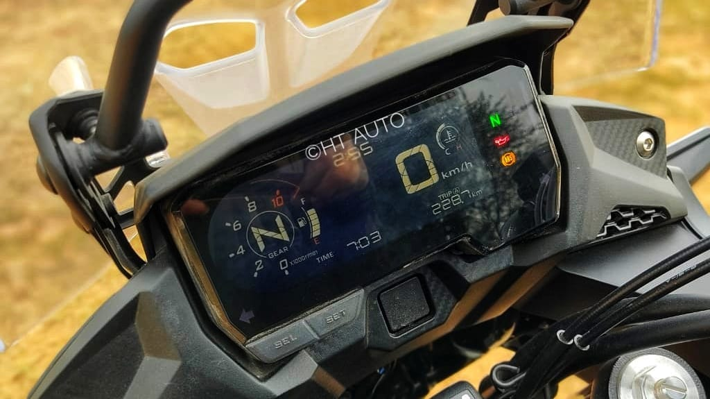 The LCD display that provides a plethora of information such as the gear position, speed, clock, toggle menus, and a circular tachometer. (Image Credits: HT Auto/Prashant Singh)