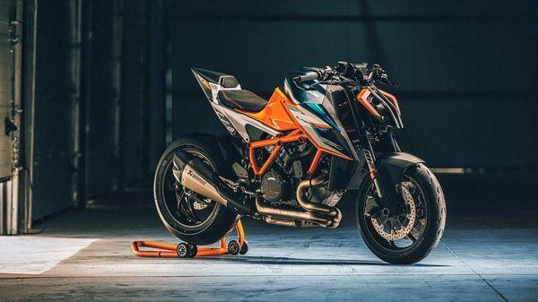 The new KTM Super Duke RR is close to 9 kg lighter than the regular Super Duke R model.