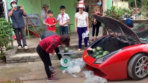 The Ferrari 488 GT replica attracts a large crowd and wherever it stops, the owner starts selling melons. (Image: Youtube)