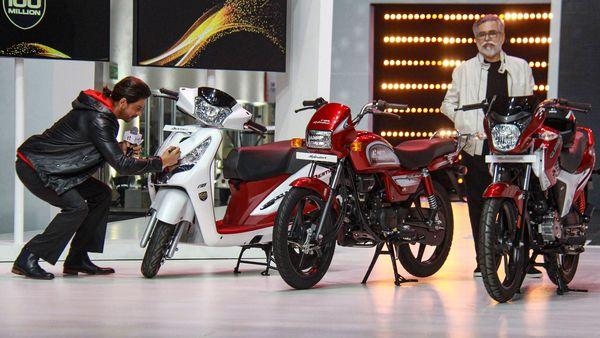 Gurugram: Dr. Pawan Munjal, Chairman and CEO, Hero MotoCorp along with Bollywood actor Shah Rukh Khan during the unveiling of company�s 100 millionth motorcycle, at Hero Motocorp Company plant in Gurugram, Thursday, Jan. 21, 2021 (PTI Photo)(PTI01_21_2021_000072A) (PTI)
