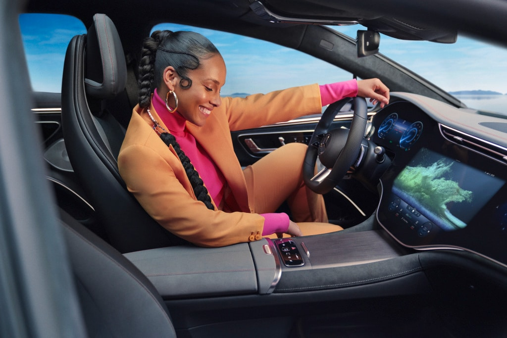 The major highlight, undoubtedly at that, is the ginormous 55-inch at the center that stretches from either extremities of the dashboard. Mercedes calls it MBUX Hyperscreen and it is an apt name.