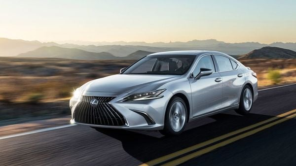 Lexus has unveiled the facelift version of the ES executive sedan.