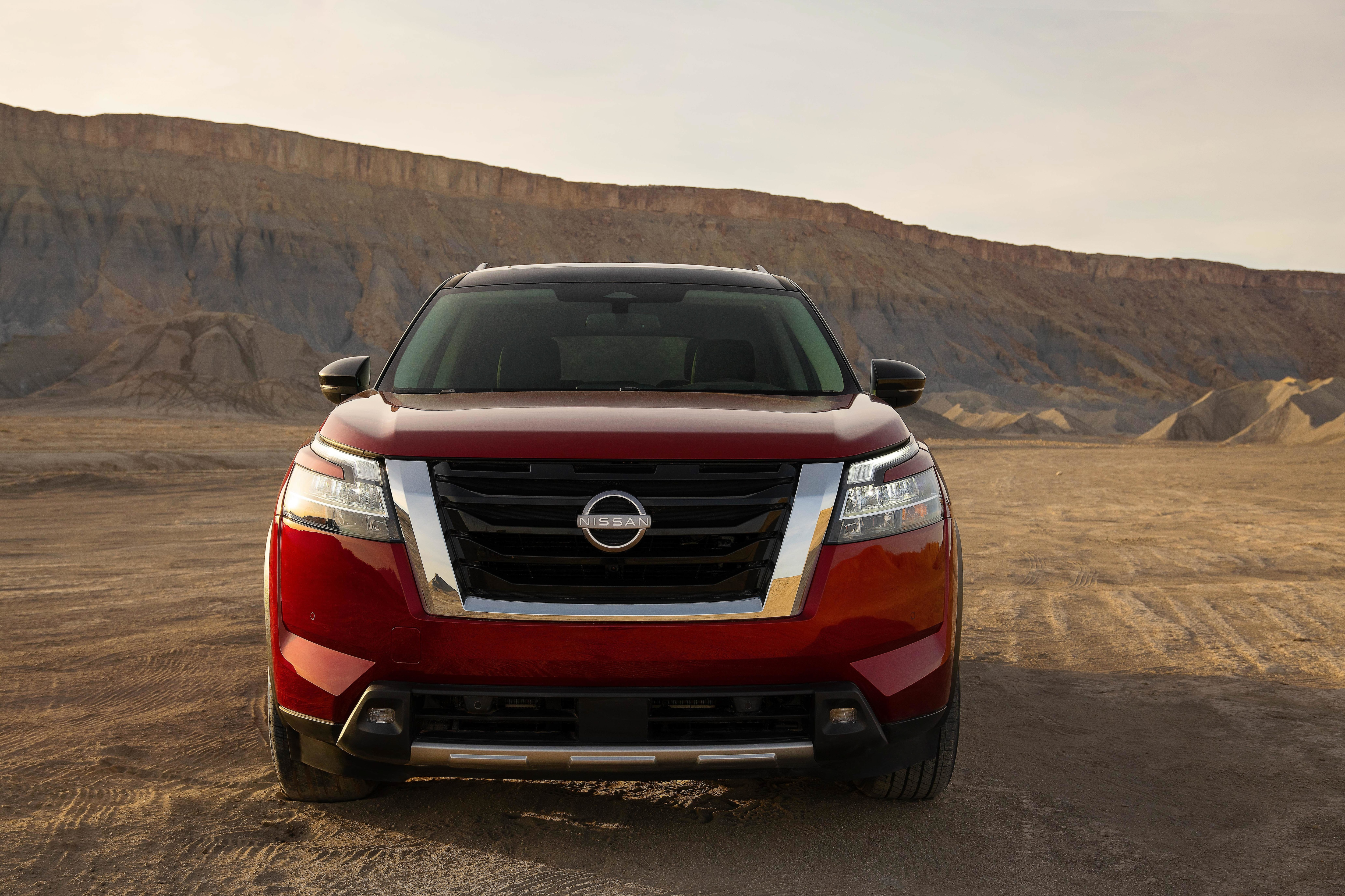 It gets larger wheels, V-motion grille with a three-slot grille incorporated as an homage to the original Pathfinder, C-shaped headlights and floating roofline. Standard LED headlights include slim upper DRLs.