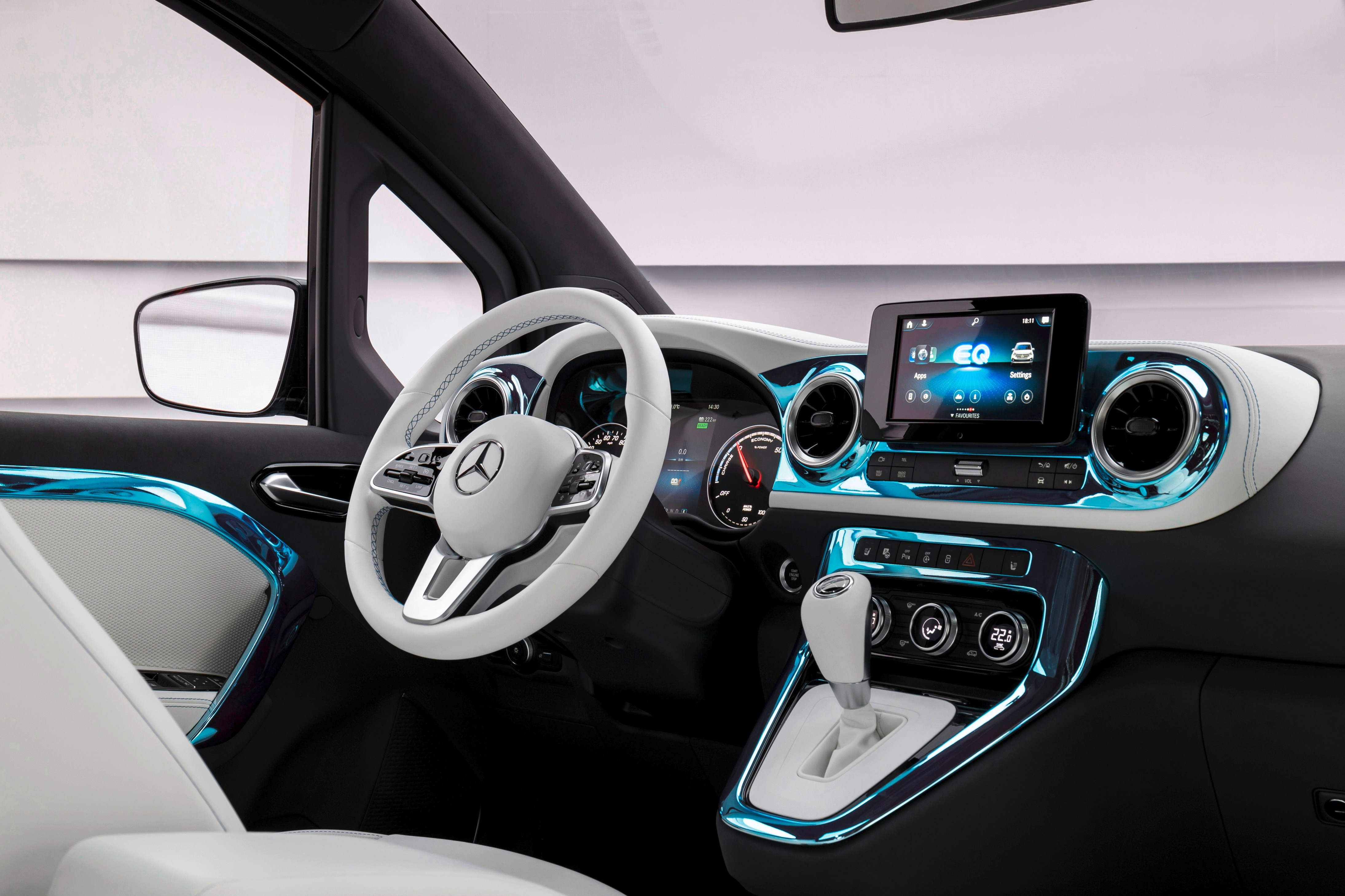 Above the instrument cluster there is a half-closed storage compartment for quick access to important utensils or documents. The ambient light on the center console, doors and in the footwell is supposed to create a stylish atmosphere.