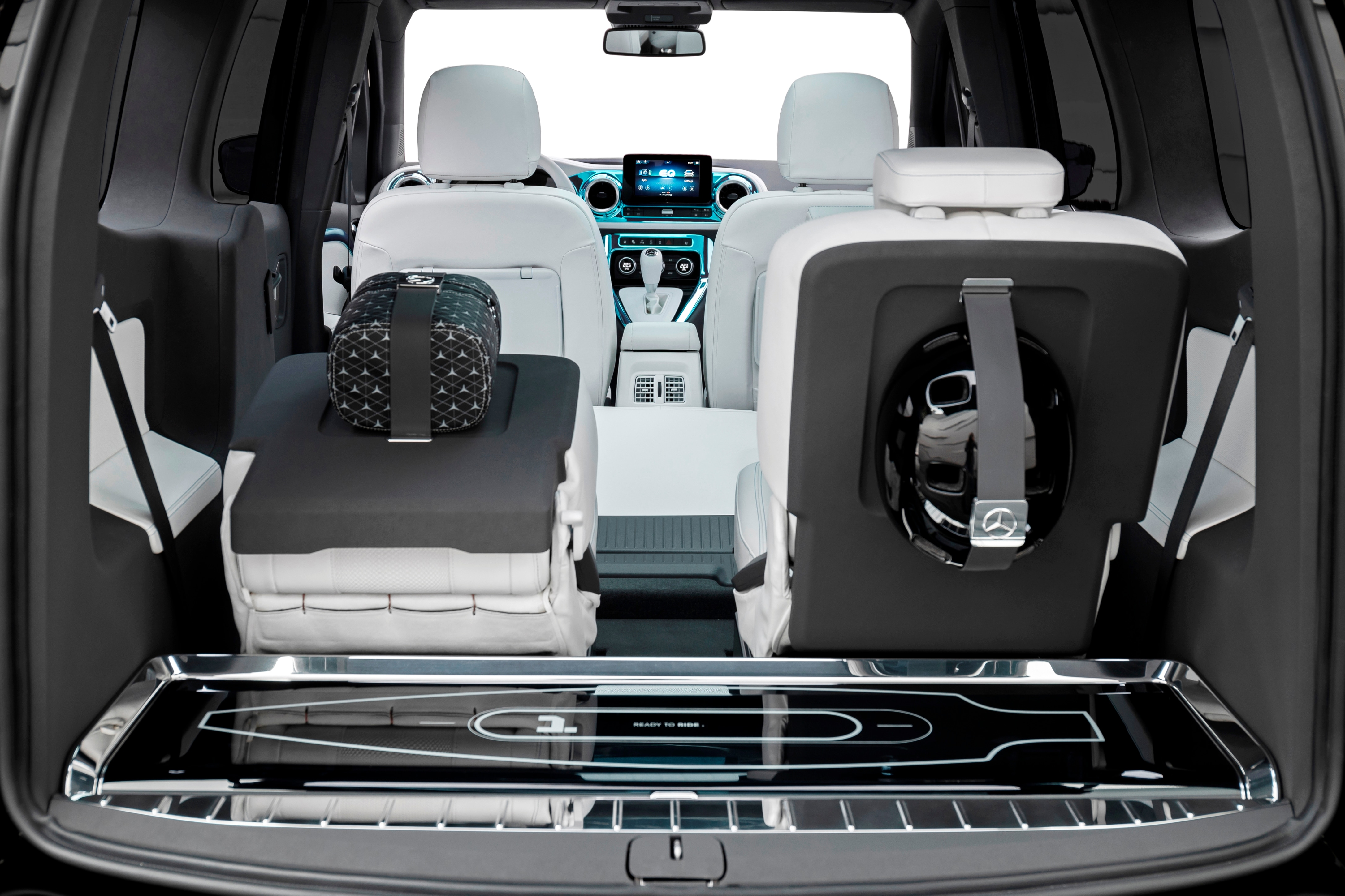 The steep rear with an upright tailgate and window allows for a spacious cargo space. The cargo space can be increased by folding down the seats in the third row. For the show car, Mercedes has also integrated an electric longboard in the cargo area.