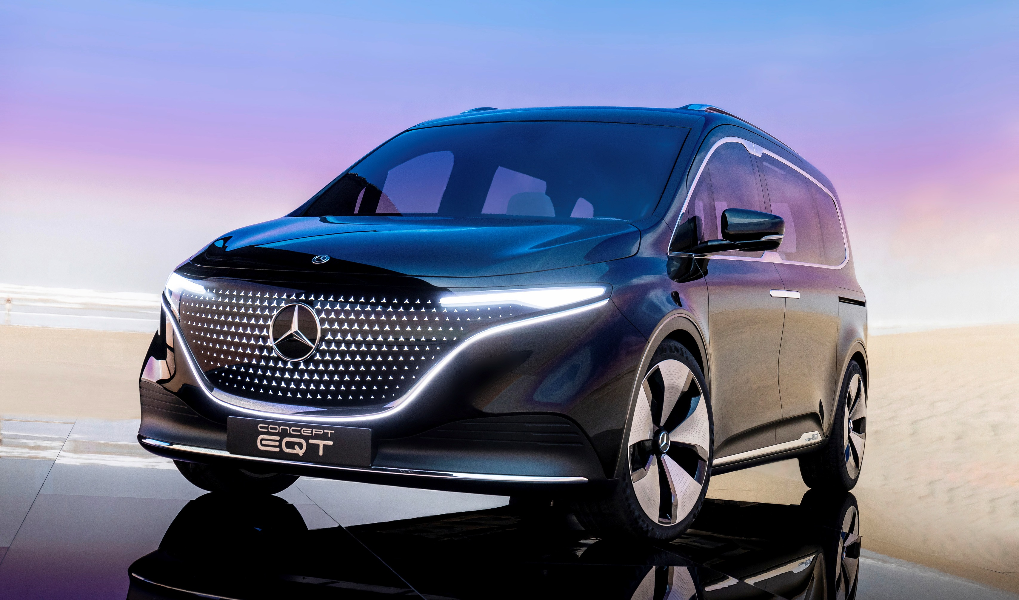 The look of the electric MPV is characterised by the black panel front with LED headlights, the mirror-turned 21-inch alloy wheels, the panoramic roof and a light strip that connects the front and rear light clusters.