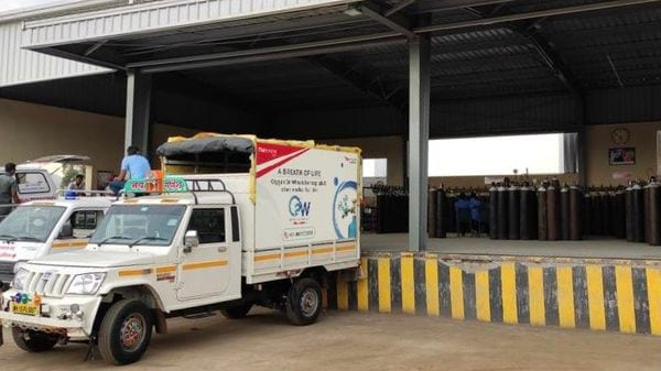 The company started its initiative in Maharashtra where at first the about 70 Bolero pickup trucks delivered oxygen cylinders. (Photo courtesy: Twitter/@anandmahindra)