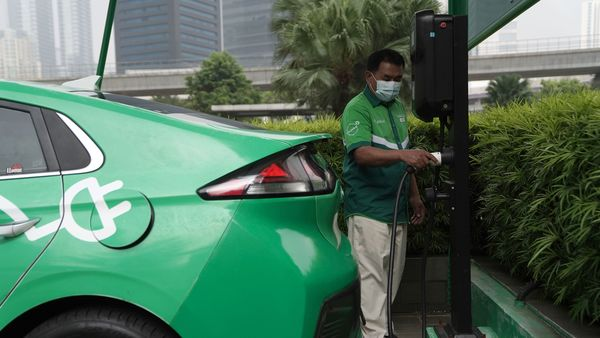 Electric vehicles will be cheaper than petrol, diesel cars by 2027, claims study. (File photo) (Bloomberg)