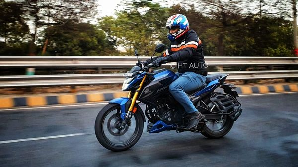 Honda Hornet 2.0 offers a sporty riding position with rear-seat footpegs and a mildly forward-leaning body position. (HT Auto/Sabyasachi Dasgupta)