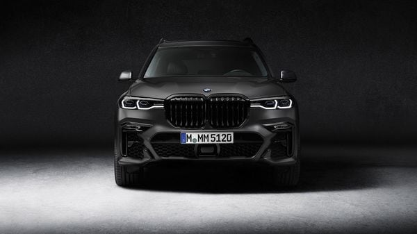 The most striking feature is the BMW Individual special paint finish in Frozen Arctic Grey metallic. It is the first time ever that this body finish has been used in a BMW X model. It finds its way on the body columns, exterior mirror bases while there is a black chrome finish on the frame and the bars of the BMW kidney grille.