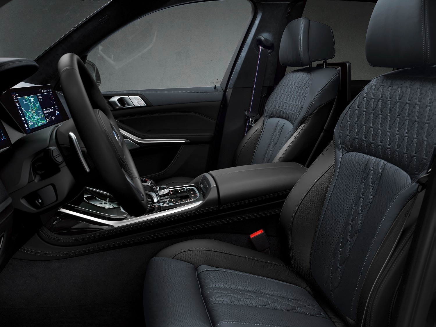 MW Individual Merino Full Leather upholstery comes in 'night blue/black' two-tone with contrasting seams, as does the BMW Individual roof liner in night blue with Alcantara finish. The upper part of instrument panel and door armrests are covered with Nappa leather in night blue. Black Merino Leather is used in the lower section of the instrument panel and on the front backrests.