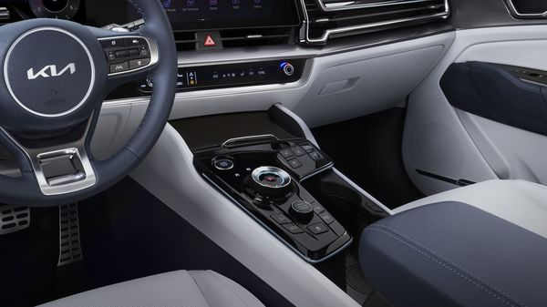 Kia has also replaced the traditional gear lever with a rotary gear selector inside the 2022 Sportage. The gear also has a selector of driving modes, the heating and ventilation controls of the seats.