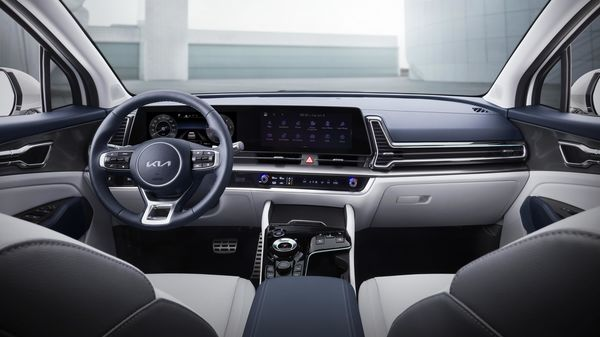 The cabin is dominated by a huge horizontal screen that houses the digital dashboard and the infotainment system. The vents for climate control now have a three-dimensional effect. 2022 Kia Sportage also gets a new multifunctional steering wheel.