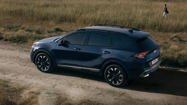 The fifth-generation Sportage SUV will also feature a Sportage X-Line version. It will feature special design details such as a slightly different-looking front bumper, gloss black finishes, larger roof bars and a more pronounced rear spoiler, among others.