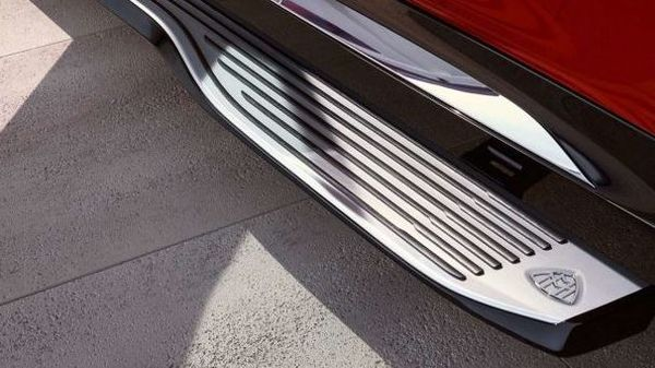 The auto retractable running boards make entering or exiting the vehicle quite easy and comfortable.