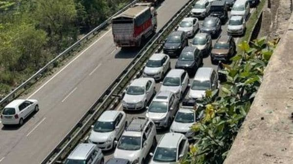 Long queues of vehicles at the Parwanoo barrier on Sunday. (Image: Hindustan Times) (HT_PRINT)