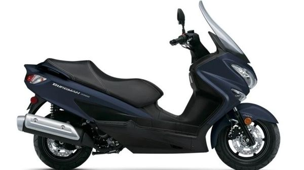 The Burgman Street 200 carries forward its maxi-scooter design featuring a big front apron complemented by its large windscreen.