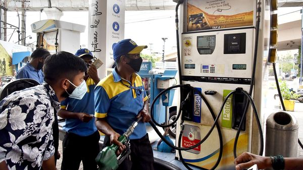 Gasoline prices exceed 100 ₹ per liter in Bengaluru as fuel prices rise