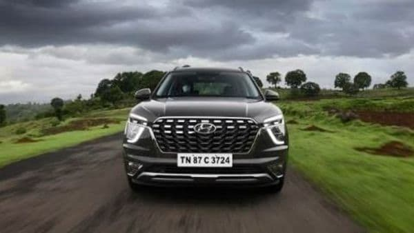 Essentially based on the Creta, Alcazar has an uncanny resemblance to its dimensionally smaller sibling. The cascade grille in dark chrome finish is larger than the grille on the Creta but its shape is near identical. Trio-Beam LED headlights and LED fog lamps are similar to Creta.