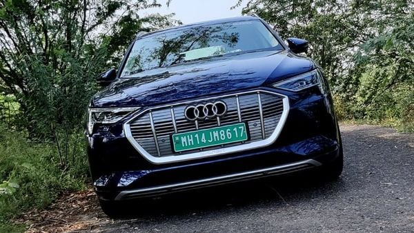 Audi e-tron's hood has a prominent form factor and is ornamented with Matrix LED headlights. The SUV features grey-glazed grille and integrated DRLs. The rear gets LED pattern lights and a silver skid plate at the bottom. (HT Auto)