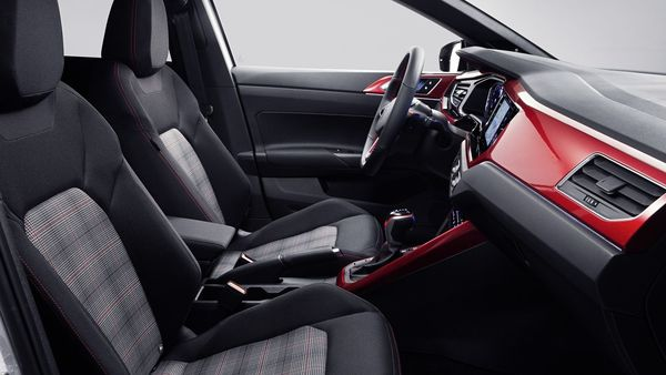 The dash is displayed in Kings Red Glossy, complemented by numerous matt chrome accents. Front and rear head airbags, ambient lighting, air conditioning, height-adjustable front seats, power windows, leather-finished handbrake and shift paddles behind the leather sports steering wheel are also included as standard equipment.