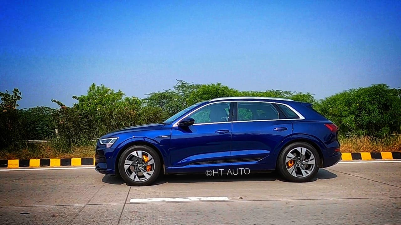 The alloy design of the e-tron is different and rather funky. Its large body coloured wheel arches give the e-tron a bit of heft and ability to tackle all road conditions. (HT Auto/Sabyasachi Dasgupta)