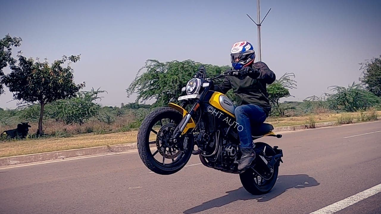 Mid-range is where all the fun lies, and the engine keeps churning tons on torque that never lets down, especially when you are in a mood to lift the front wheel up.
