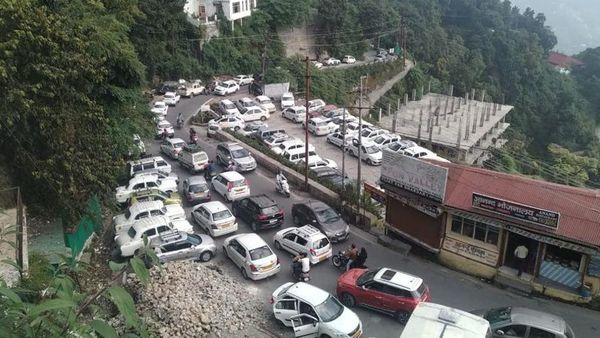 Long queues of tourist vehicles in Mussoorie on Saturday. (HT)