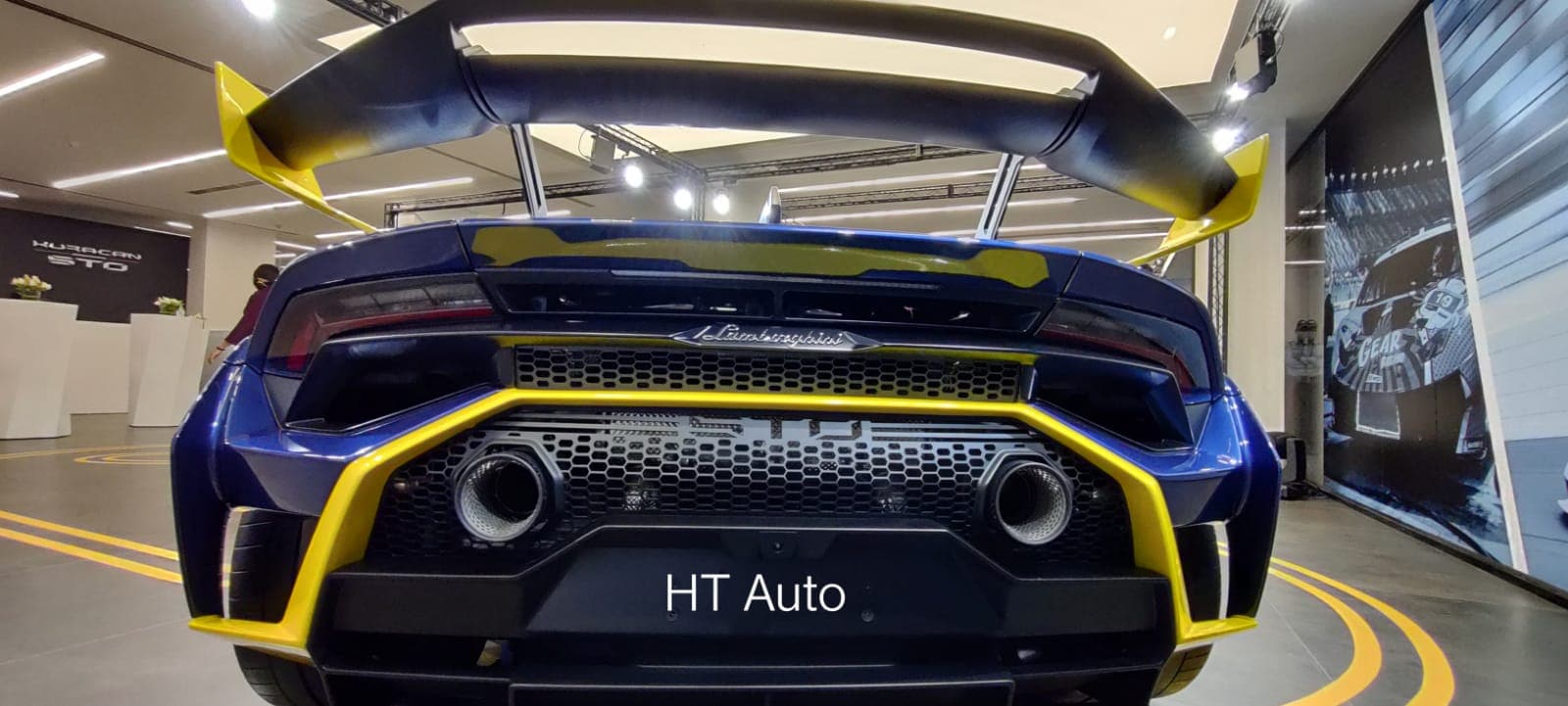 The rear fender of the Lamborghini Huracan STO has been derived from the Super Trofeo EVO and helps to also bring down drag while increasing rear downforce and the STO's overall aerodynamic efficiency. The rear hood design sees an integrated air scoop to improve air-cooling at the rear underhood. (HT Auto)