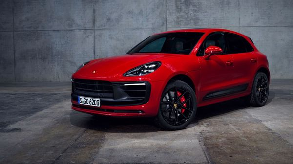 A total of 14 colours will be available for the new Porsche Macan, including the new colours Papaya Metallic and Gentian Blue Metallic, as well as Python Green for the Macan GTS with the GTS Sport package. (Porsche)