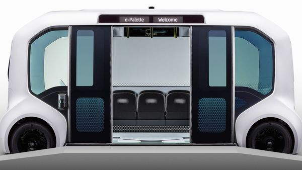 The Toyota e-Palette is equipped with large sliding doors, low floors, electric ramps, and an Arrival Control system for use when approaching destinations. This enables passengers, including those in wheelchairs, to enter and exit quickly and easily.
