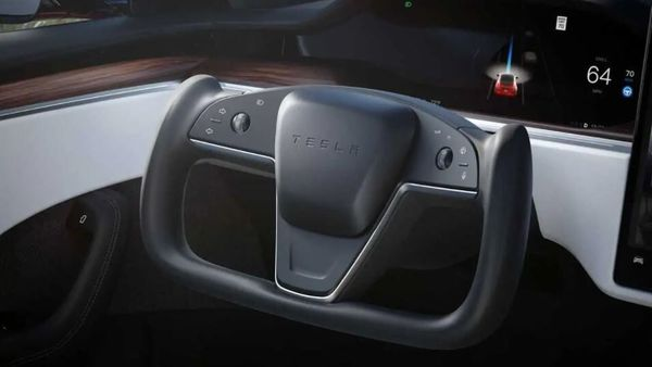 The newly launched Tesla Model S Plaid came with a radical steering wheel. This has ditched the conventional circular steering wheel design and adopted a new yoke shape.